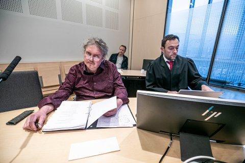 SØKSMÅL: Knut Arne Bergum (53) (til venstre) har gått rettens vei for å få beholde jobben i Tine på Storsteinnes. Her sammen med sin advokat Fredrik Taarvig Wildhagen og Hans Løvvoll (bak), tillitsvalgt i Norsk Nærings- og Nytelsesmiddelarbeiderforbund (NNN).