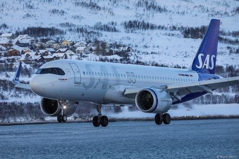 NY MASKIN: Den nye SAS maskinen ankommer Tromsø Lufthavn Langnes torsdag ettermiddag.. Det er denne som skal fly mellom Tromsø og Oslo fra høsten av.