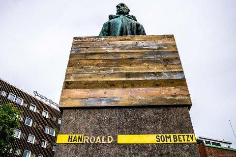 INNKLEDD: Roald Amundsen fikk ny innramming og nytt navn i sommer. Nå er kunstboksen fjernet.