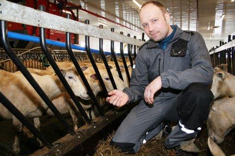 NEGATIV: Stian Nilsen har 300 sauer i fjøset, og ingen planer om å begynne med grønnsaker i stedet.