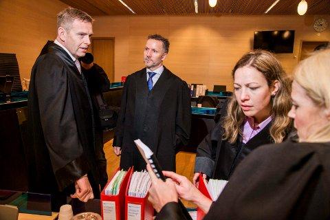 OVERGREPSSAK: Statsadvokat Torstein Lindquister (til venstre) har tatt ut tiltalen mot tromsømannen. Her avbildet i forbindelse med en annen sak, sammen med Sven Crogh, Anja Støback Bjørsvik og Gøril Lund. Bjørsvik er for øvrig blant bistandsadvokatene i overgrepssaken.