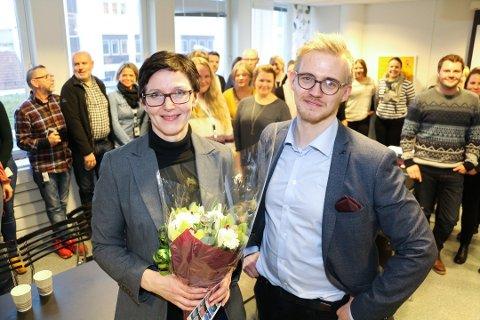 BLOMSTER: Enhetsleder Aina Isaksen får blomster av byråd Brage Sollund, etter at de ansatte klarte å få tjenesten tilbake i riktig spor i 2017.