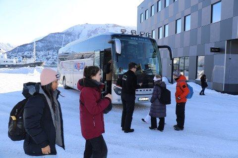 KLAR FOR AVGANG: Destination Tromsøs buss til Ishotellet i Tamokdalen gikk fra Prostnesset som vanlig lørdag formiddag.