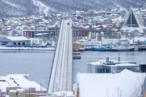BRU OVER TRØBLETE VANN: Etter at barnehager og skoler stengte, og mange jobber hjemmefra, har trafikken dalt enormt i Tromsø. Dette bildet ble tatt klokka 13.10 fredag 20. mars.