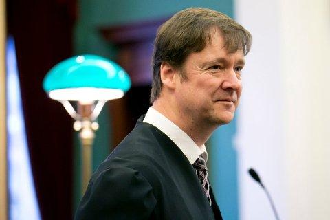 TVILSOMT: Advokat John Christian Elden mener lokale karantenebestemmelser sannsynligvis mangler lovhjemmel:. - Det justisministeren etter en vurdering sier skal være lovlig i Norge, kan ikke kommunene si er forbudt.