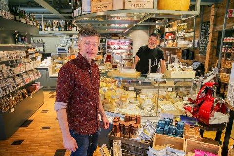DELIKATESSER OG VIN: Fredag kan innehaver Sindre Helmersen (foran) og   Marco Bait igjen servere gjestene på Helmersen noe godt i glasset - til delikatessene de selger i Storgata.