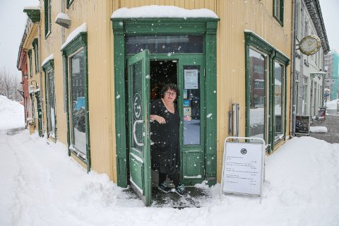 Kristin Vassbakk har åpnet døra på utestedet G midt i Tromsø sentrum. Nå ønsker hun gjestene velkommen tilbake.