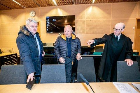 FIKK MEDHOLD: Pilotene Arnfred Hansen (t.v) og Tor Ivar Dahl Pettersen  i retten sammen med advokat Lars Holo. Nord-Troms tingrett har nå avgjort søksmålet i deres favør.