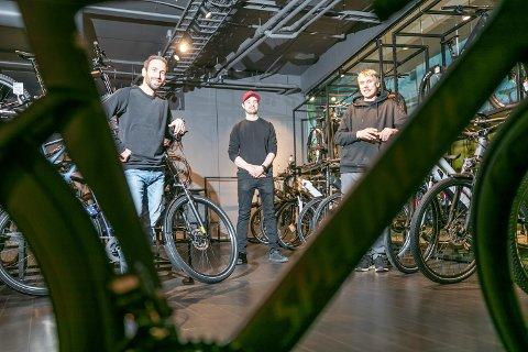 Sykkelbutikken Bikeriet på Jekta har hatt nyåpning midt i koronatida. F.v. Espen Minde (butikksjef), Eivind Johansen og Jonas Thoresen Foto: Torgrim Rath Olsen