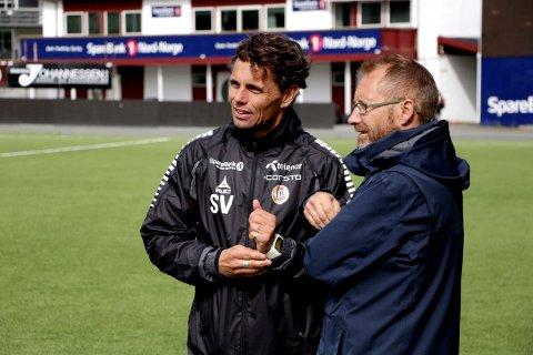 Trener Simo Valakari i samtale med Erik Ringberg.
