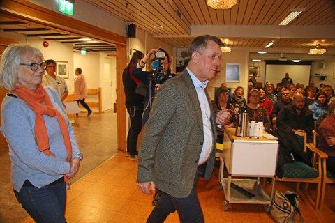 NYE PLANER: I januar møtte Gunnar Wilhelmsen og Gunhild Johansen opp ved Kvaløysletta sykehjem for å informere sinte pårørende om flytteplanene. Nå kan det bli snuoperasjon.