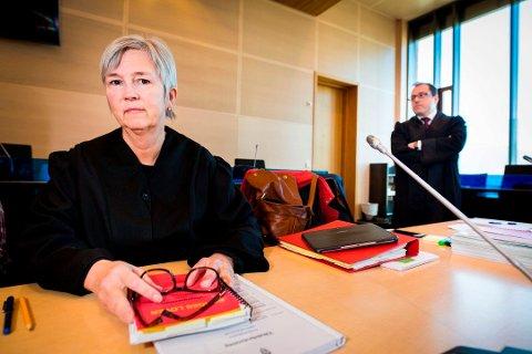 FORSVARER: Advokat Helen Annie Jenssen er oppnevnt som forsvarer for den utpressingssiktede kvinnen (50). Her avbildet i forbindelse med en annen rettssak, med statsadvokat Tor Børge Nordmo til høyre.