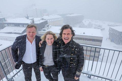 NY HOTELLPLAN: Petter Stordalen, Monica Lyngh og Hans Døsen Hoff sto på toppen av The Edge da de presenterte planene for et hotell på opptil 17 etasjer på kaikanten  lenger nord.  Nå kan det gå mot nei fra kommunen.