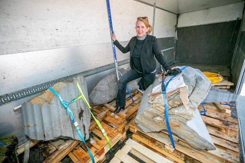 TRAILERTRANSPORT: Kurator Kristin Josefine Solstad tok imot de fem skulpturene som ble fraktet fra Mefjordvær til ca,pus i Brevika.