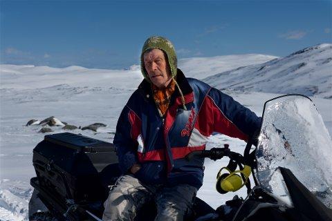 SPÅR FLOM: Reineier Nils Aslaksen Siri (75) har aldri opplevd så mye snø i fjellområdene vest for Reisadalen. Han frykter for en dramatisk flom når de store snømengdene en gang begynner å smelte.