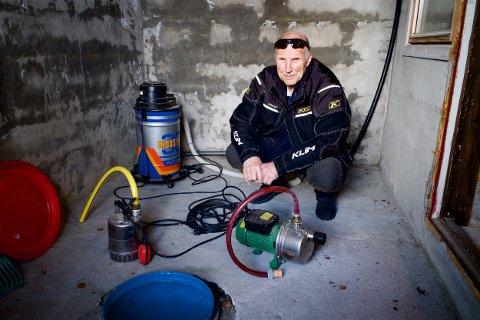 FORBEREDT: Bjørn Klubnes har gjort klar pumpene i kjelleren på huset ved Reisaelva. I 1997 strømmet det inn vann fra grunnen. Nå håper han at været gjør at man kan unngå en ennå større flom i år.