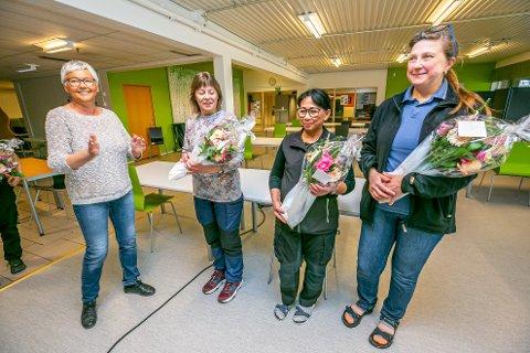 HEDRET: Avdelingsleder Åse Pedersen overrakte blomster til skolens renholdere Bente Olsen, Rattanaporn Thujaturat og Ganna Medvedovska for ekstraordinær innsats under den spesielle koronavåren.