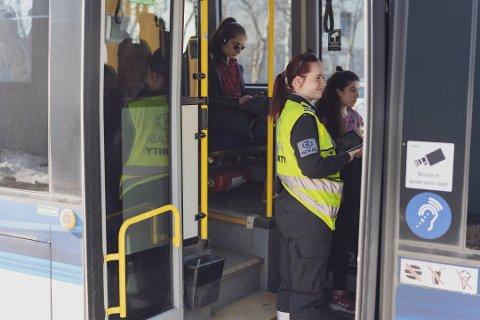 PÅSTIGNING BAK: Alle bussene går som normalt, men går med redusert kapasitet for å holde 1-metersregelen.