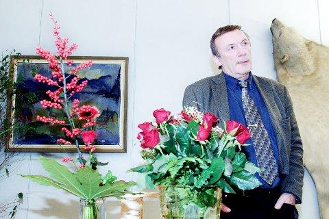 MÅTTE GÅ: Rådmann Wiggo Fjellberg med blomster på kontoret etter å ha fått «sparken» i november 2000.