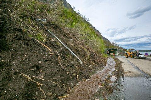 SKRED: Lyktestolpen var ingen match for kreftene i skredet med jord, snø og stein som kom ned foran tunnelinnslaget ved Pollfjellet.