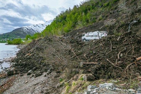 UTSATT: Slik så det ut i fjæra nedenfor veien ved Pollfjelltunnelen etter et kombinert snøskred og jordras 1. juni i fjor.
