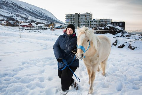 Styreleder Li Seim i Tromsdalen rideklubb sier klubben vil fortsette planleggingen av ny ridehall, selv om kommunen «freder» nabotomta.