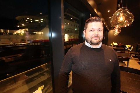 ÅPNER FREDAG: Lasse Bjørback gleder seg til å ta imot de ansatte og gjestene når Du Verden fredag ettermiddag gjenåpner etter en over to måneder lang koronapause.