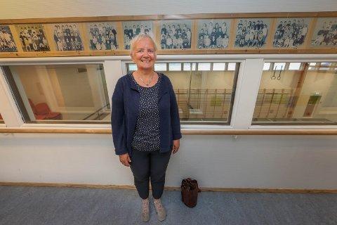 OPPVEKST I KROKEN: Anne Marie Tøllefsen har fulgt tusenvis av Kroken-elever fra 1977 gjennom barneskoleårene på Skjelnan skole. Nå gir hun seg etter 43 år i yrket. - En lykke at jeg ble lærer, sier hun.
