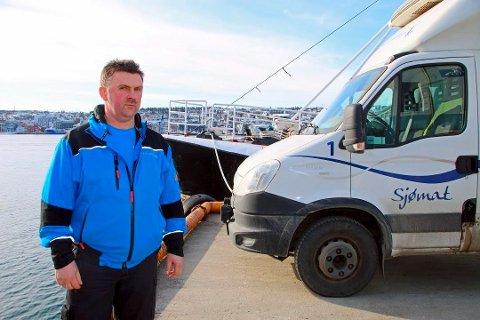 SLITER MED LEVERINGEN:  Karl A. Hansen (t.v) ved Karls Fisk & Skalldyr sliter med å få levert ut varene sine i Nord-Norge etter at Posten solgte unna sin portefølje av transport av tempererte varer