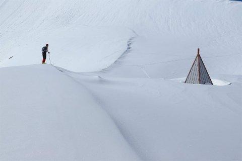 NEDSNØDD: Dette bildet er tatt 21. mai. Jørgen Sundby står på taket av klatrehytta og ser bort på utedoen.
