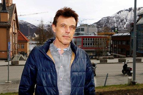 KRITISK: Arne-Hugo Hansen i Norsk lektorlag reagerer på at fylkesdirektør Børre Krudtå helst ville hatt kontorsted i Tromsø.