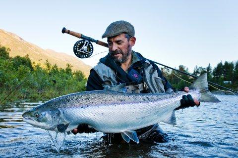 FAVORITT: Matt Harris er verdensberømt fluefisker og fotograf. Nå er han på plass i elva han kaller sin favorittelv, Reisaelva.
