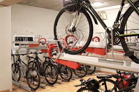 I dette rommet i parkeringstunnellen tilbyr Tromsø kommune gratisparkering for sykkelen din.