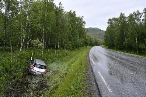 HAVNET I GRØFTA: Her havnet bilen etter utforkjøringen i Salangsdalen torsdag ettermiddag.