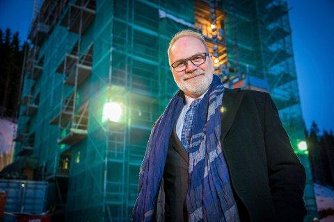 Administrerende direktør Hans Petter Kvaal med en kraftig pekefinger mot Tromsøs studenter.