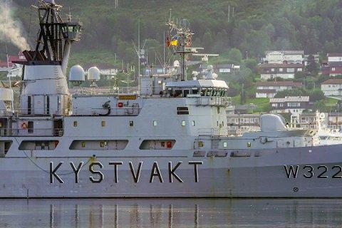 HENTET TESTUTSTYR I BREIVIKA: KV Andenes sendte ut lettbåt for å hente testutstyr i Breivika onsdag morgen. I kveld ble det bekreftet at én person om bord er smittet av koronaviruset.