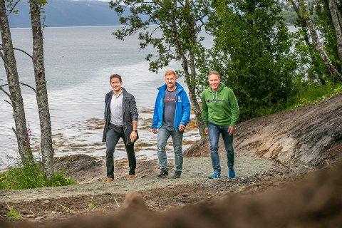 STARTEN: Turveien blir et spleiselag mellom kommunen og utbyggerne. Her er friluftsrådgiver Henrik Romsaas sammen med prosjektleder Martin Jørgensen (v) i Solneset Eiendom og prosjektleder Håvard Johansen i Frabene.