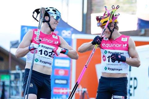 KONKURRENTER: Erik Valnes og Johannes Høsflot Klæbo etter sprinten under Toppidrettsveka torsdag kveld. Da tok Høsflot Klæbo seieren, men sammenlagt var det Valnes som var best.