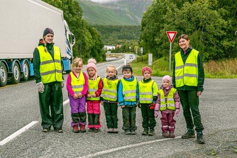 FARLIG VEI: Janne Mari Nymo (til venstre) og Katrine Solem (høyre) går over E8 med barnehagebarna Aila, Anna, Klara, Simon, Jack og Leah.
