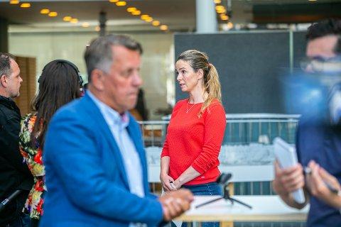 Kommuneoverlegen Kathrine Kristoffersen sier det ikke er grunn til å frykte smitte i befolkningen i kommunen. Her er hun sammen med ordfører Gunnar Wilhelmsen på dagens pressekonferanse.