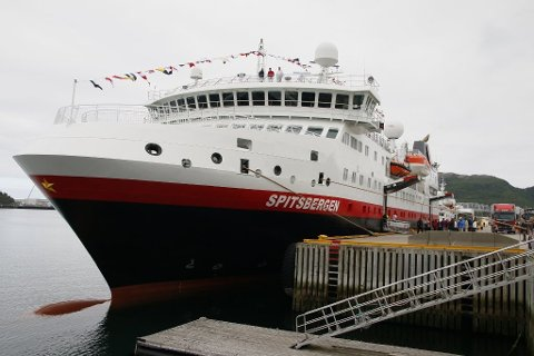 MÅTTE FORLATE SVALBARD: MS Spitsbergen fikk ikke legge til kai i Longyearbyen, og måtte seile til Tromsø. Når båten legger til onsdag, får ingen personer forlate båten.