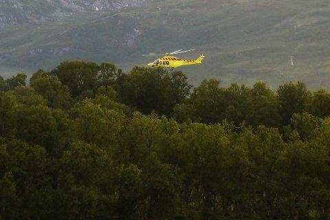 LETEAKSJON: Luftambulansen deltok i søket etter mannen lørdag kveld. Her over Håkøybotn.