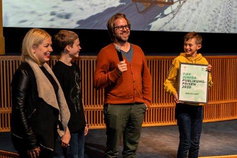 PUBLIKUMSPRISEN: «Sparkekoret» fikk publikumsprisen. F.v. produsent Julia Andersen, skuespiller Benoni Brox Krane, regissør Torfinn Iversen og skuespiller Nicholai Evans.