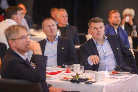 KREVENDE SITUASJON: Styreleder i Tromsø Idrettslag, Stig Bjørklund, varsler at det potensielt må hentes forsterkninger for å berge laget fra nedrykk. Til høyre tidligere daglig leder Kristian Høydal. Bildet er tatt i forbindelse med TILs 100 års jubileum i fjor.