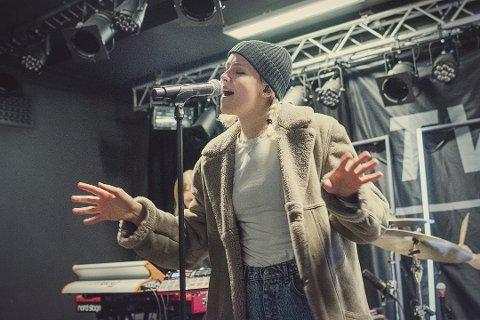 TROMSØS POPDRONNING: I dag er hun kjent langt utover Norges grenser. Men for artisten Dagny begynte det hele på Tvibit i Tromsø. Her er hun innom for å øve til konsert i 2018. Nå returnerer hun til Tromsø.
