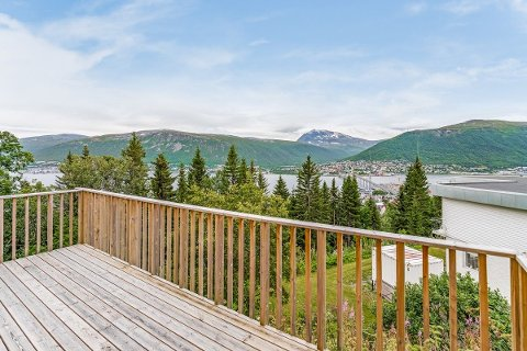 SOLGT: Villaen på Tromsøya har upåklagelig utsikt og ligger i det meglerkontoret beskriver som et «attraktivt område» på Tromsøya.