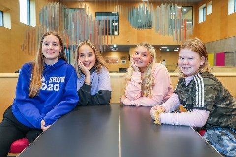 KOM MED OPPDRAG: Fire av de elleve elevene i årets OD-kommité ved Sommerlyst ønsker jobber til skolens elever. Fra venstre sitter Adele Meyer (15), OD-leder Mille Hult (15), Alina Michelle Wilhelmsen (14) og Viktoria Levang (14) klare til å ta imot jobber fra byens næringsliv.