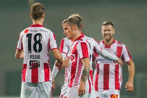 GRATULASJONER PÅ REKKE OG RAD: Tre ganger kunne lagkameratene juble for Mikael Norø Ingebrigtsen-scoring tirsdag.