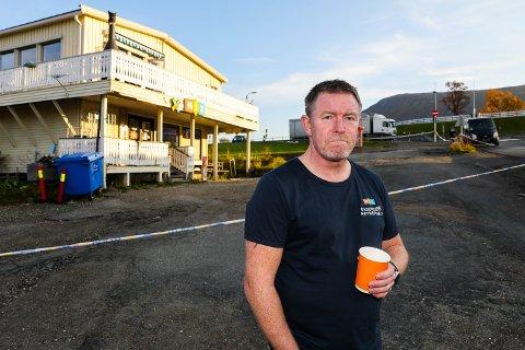 IKKE EN GOD START: Kioskdriver Tom Erik Hanssen driver kiosken ved bruhodet. Tirsdag ble den sperret av etter en knivstikking tidlig på morgenen.