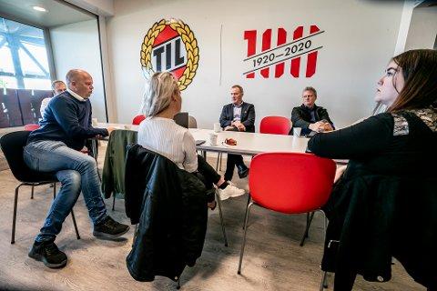 TILs styreleder Stig Bjørklund (i midten) møtte Sps Sandra Borch, Trygve Slagsvold Vedum, Ivar B. Prestbakmo og Marlene Berntsen Bråthen.